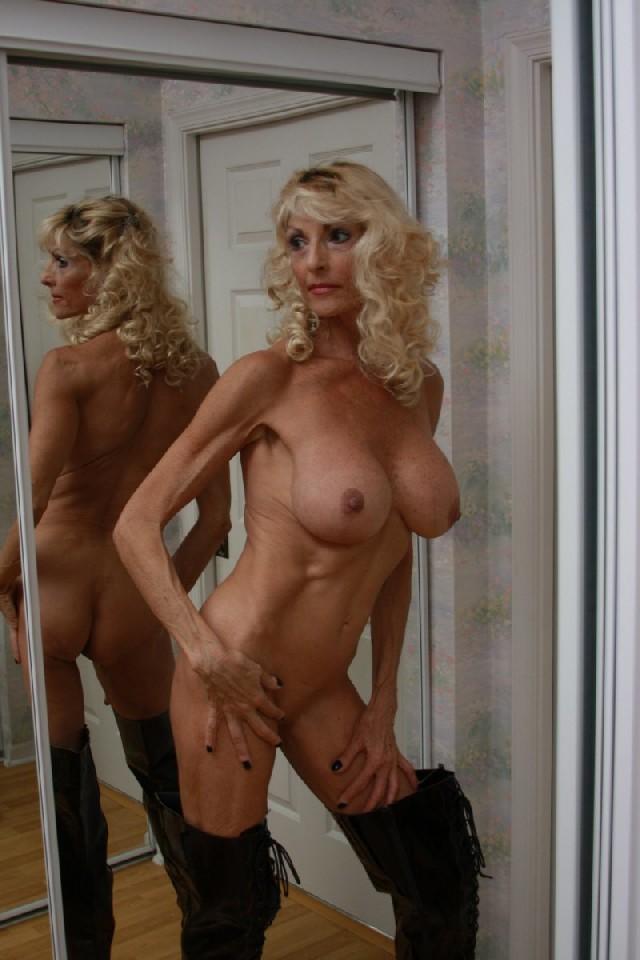 Худая блондинка в возрасте отлично выглядит