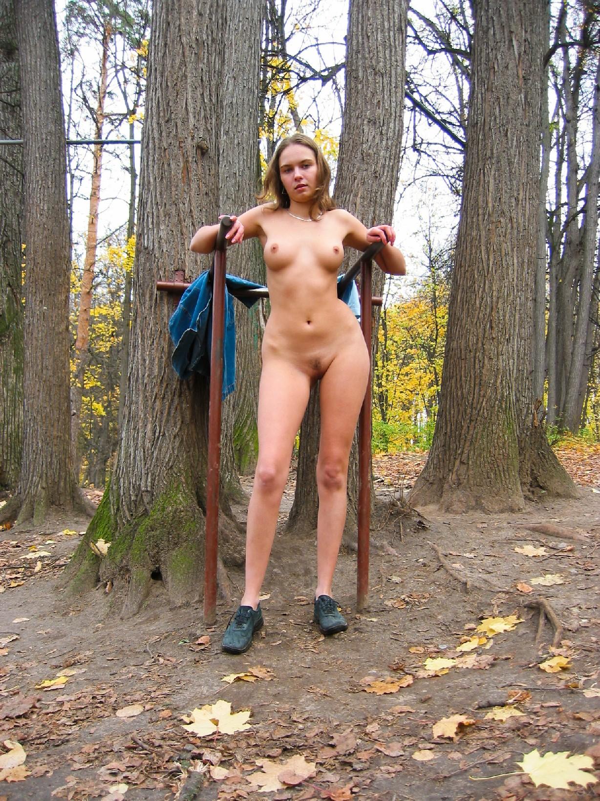 ходила голышом по лесу видео вместе