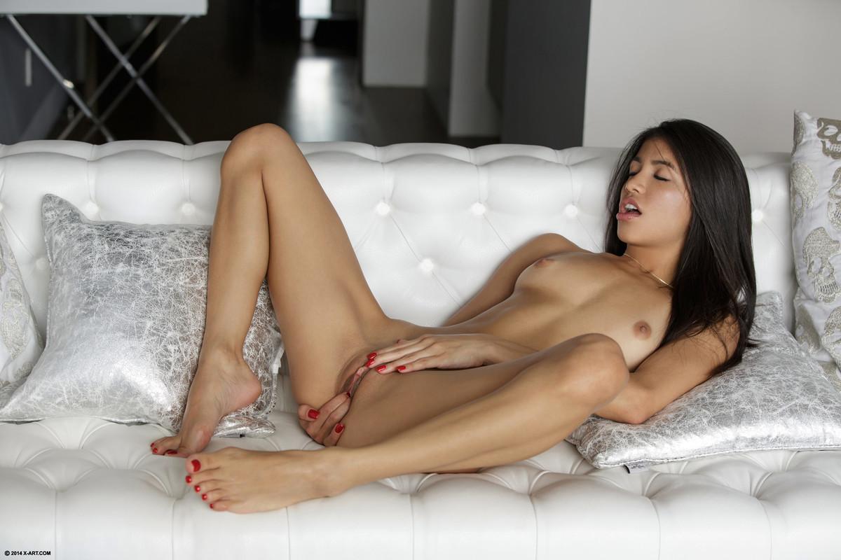 Голая латинская красотка лежит на кровати