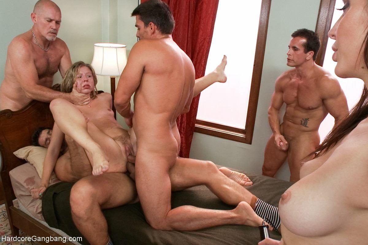 Порно фото пять зрелых женщин трахают троих парней переводом