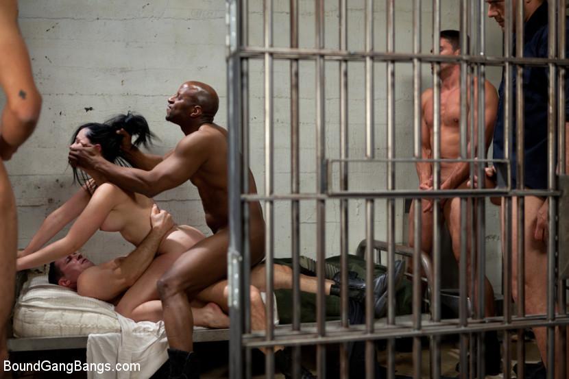 Порно фотки девки в тюрьме готовы на все — 9