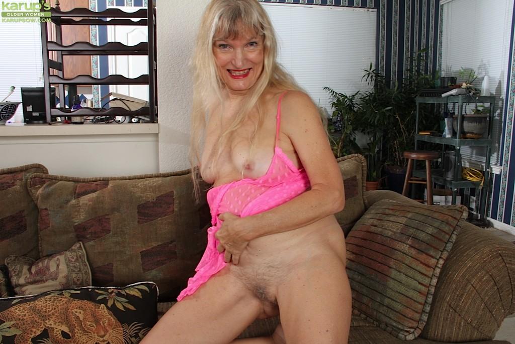 Голая пизда пожилой блондинки