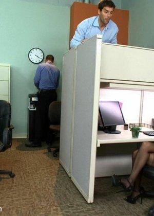 Двойное проникновение в зрелую блядь на работе