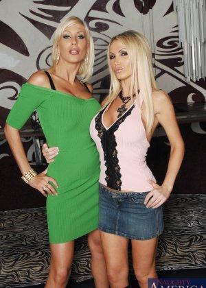 Трахает двух грудастых блондинок
