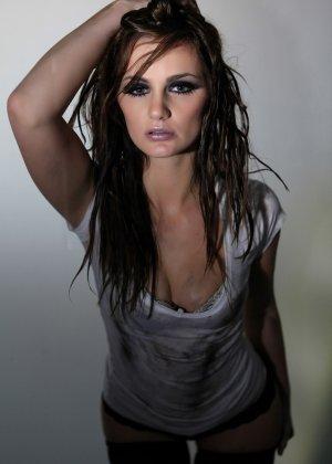 Эротичная Лили Картер в мокрой майке