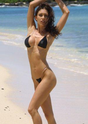 Голая модель в бикини