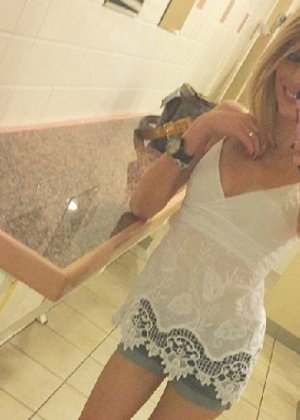 Горячая, худенькая блондинка фоткает себя в зеркало