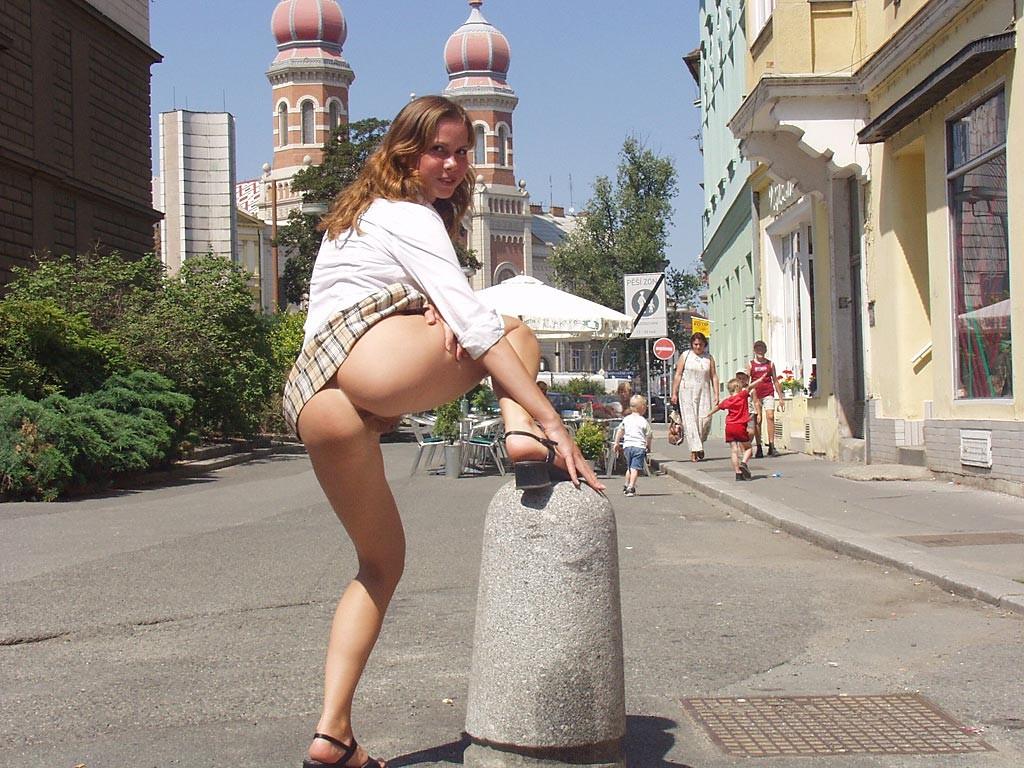 девушка без трусиков гуляет по улице видео того