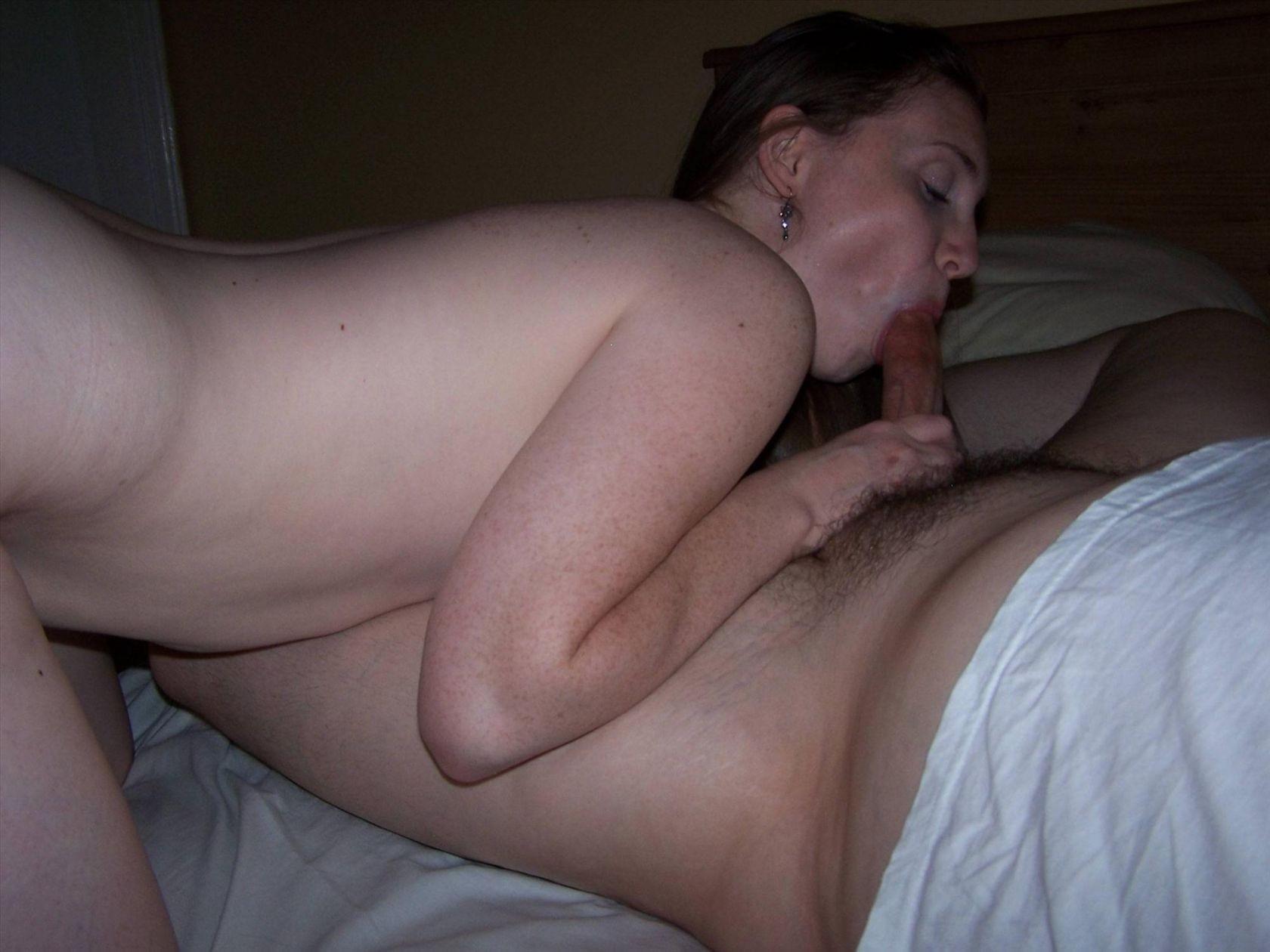 Кровати вечером жена любит сосать член у мужа фото любительское
