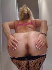 Женщина с большой задницей очень любит демонстрировать свою пятую точку перед камерой