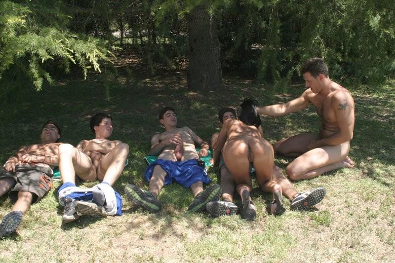 Групповой трах на природе, толпа мужиков по очереди имеют девушку, пуская ее по кругу своих стояков