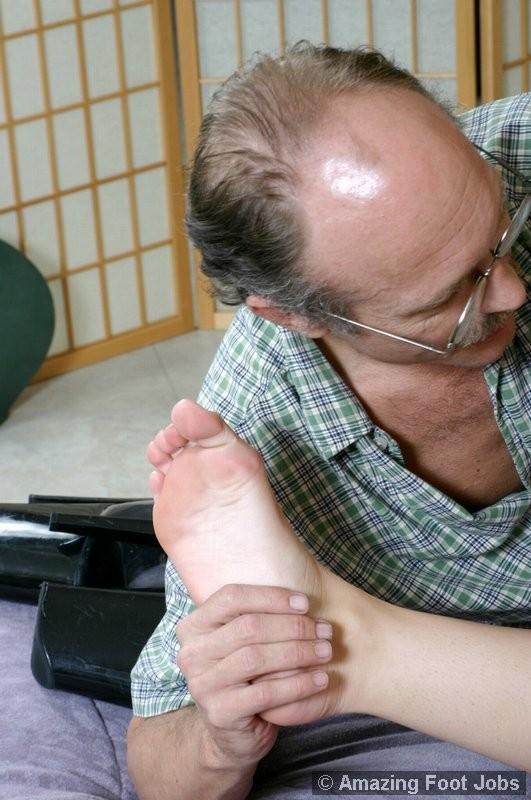 Старый мужик зашел к соседке, когда она спала и начал целовать ее ноги, телка просыпается, мастурбирует и дрочит мужику ступнями