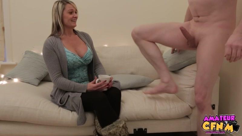 Одетая женщина умело сосет хуй у голого мужчины