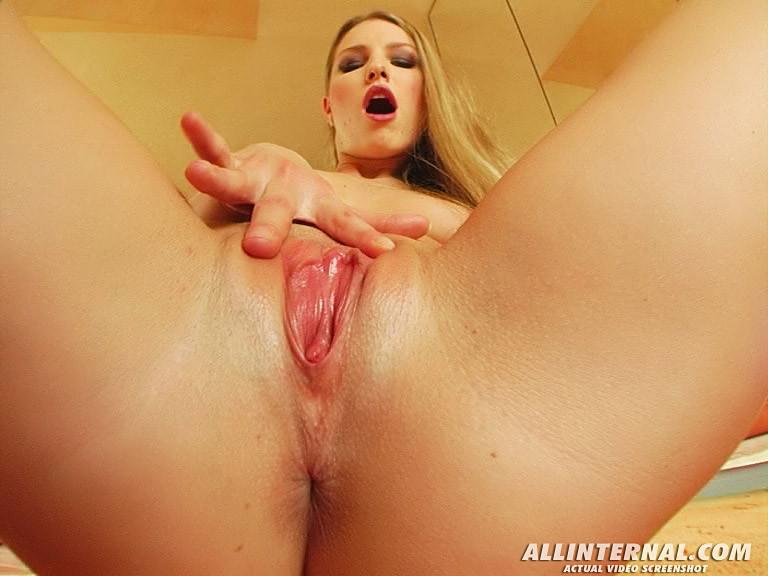 Горячей блондинке с большой задницей засадили в пизду большой хер, парень растянул телке пизду и кончил внутрь, сперма вытекает из вагины