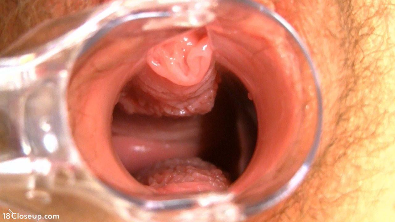 Блондинка с волосатой пиздой показывает, что происходит в ее влагалище во время оргазма