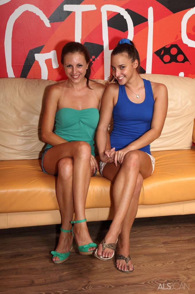Две стройные и очень сексуальные девушки забавляются на диване