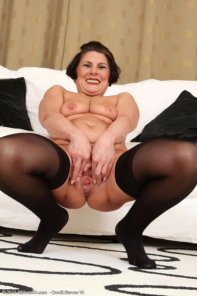 Зрелая тетка давно снимается в порно, ее фотографии заводят парней с большими членами и мужиков с похотливыми мыслями
