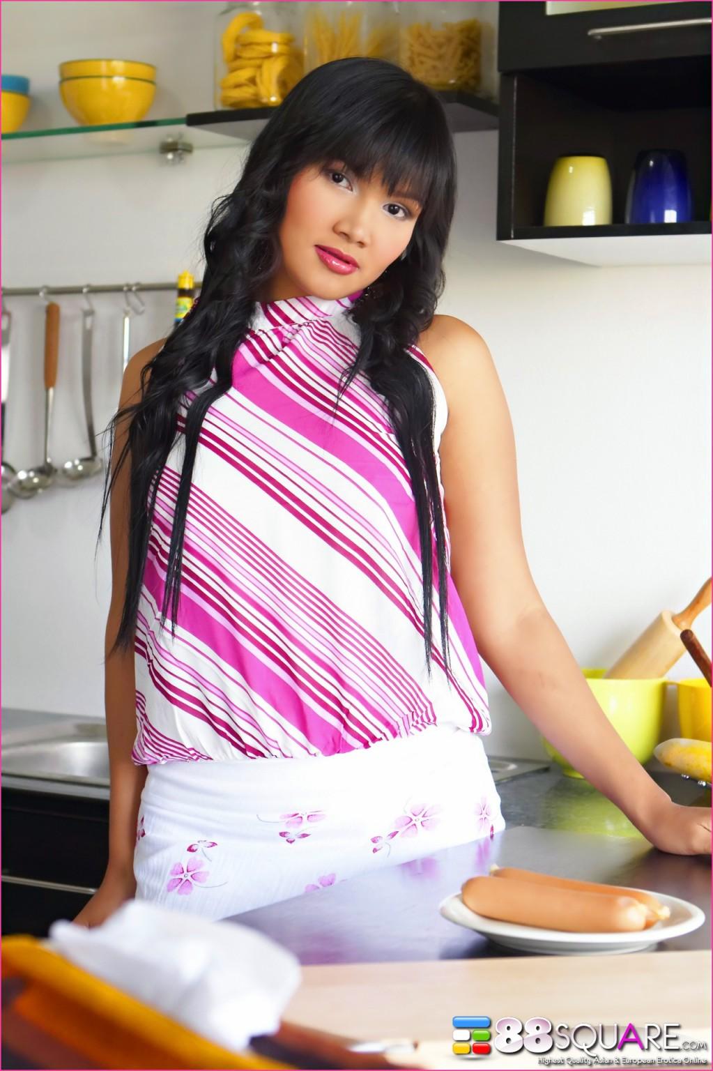 Брнетка Бетси Рю развлекается на кухне с едой, она надевает презерватив на сосиску и сует ее в пизду