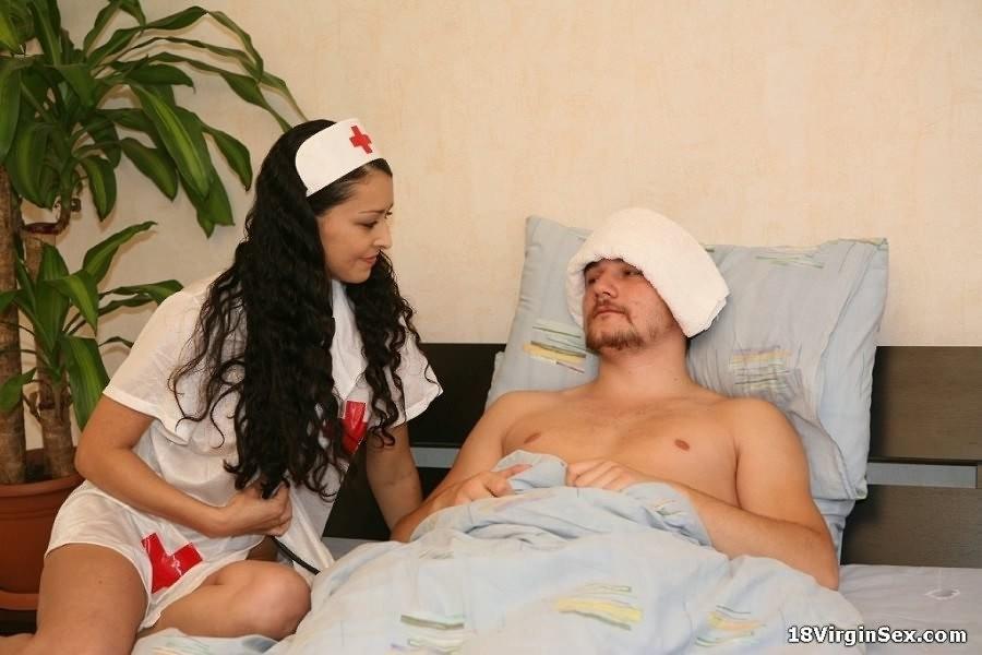 Красивая девка хотела помочь пациенту, он же с радостью трахнул медсестру в больнице
