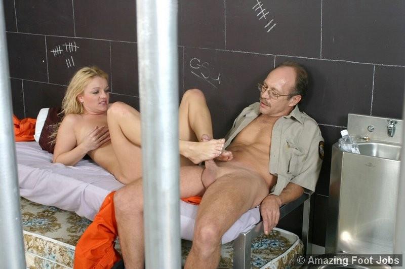 Старый извращенный полицейский приходит к заключенной, чтоб вылизать ей ножки и ощутить их на члене