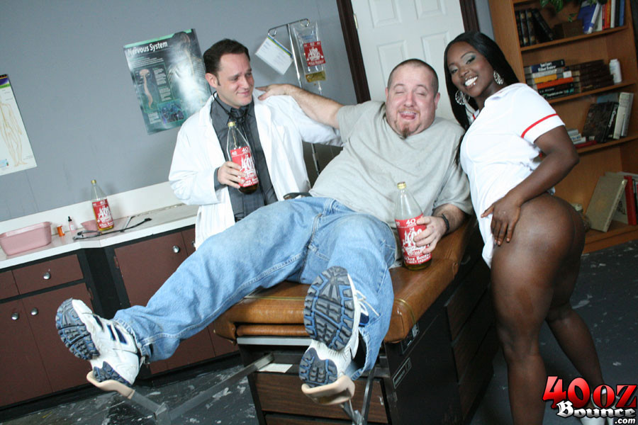 Мужчины вызвали в офис толстозадую негритянку и трахнули ее на столе