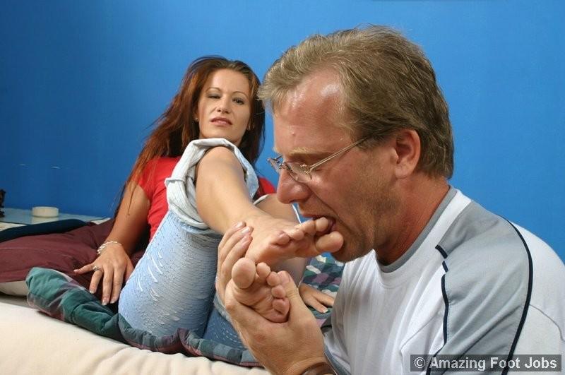 Зрелый мужчина получает колоссальное удовольствие от того, что вылизывает женские ножки