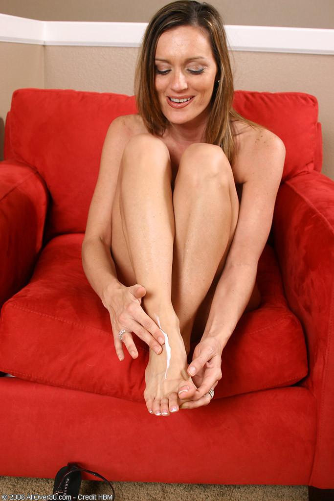 Поцеловала пальцы на своих ногах и открыла пизду