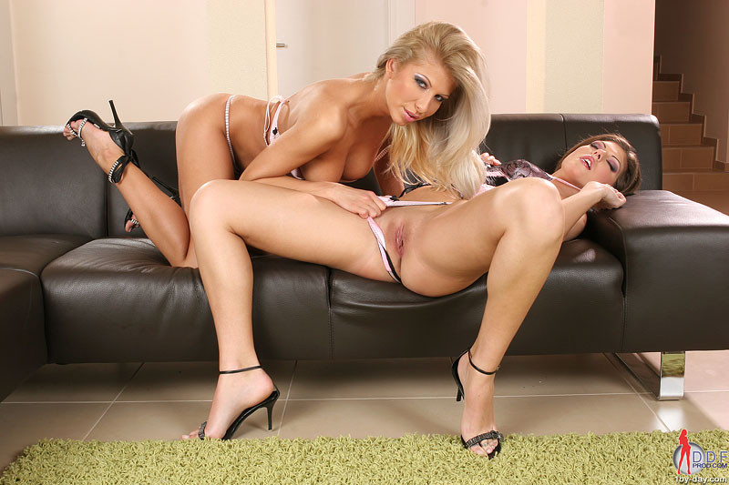 Хорни развлекается со своей подругой лесбиянкой Кларой, у них даже есть игрушки с вибрацией, которые нежно входят и выходят в самые заветные щелки