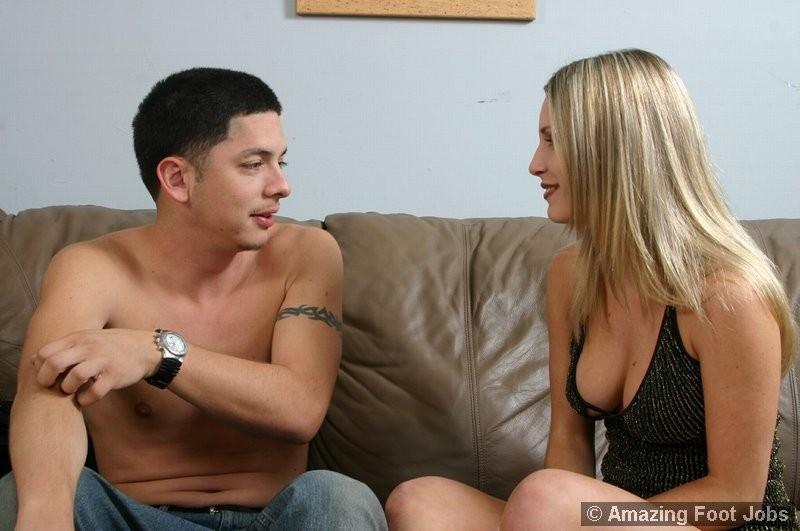 Футфетиш с блондинкой фото, парень лижет и сосет пальцы ног девушки, а она ему дрочит ступнями в масле