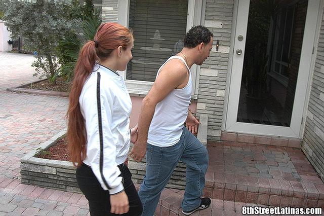 Латина согласилась на трах с незнакомцем, похваставшимся ей большим хером и пообещавшим много удовольствия