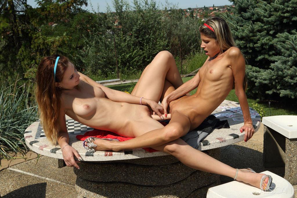 видео секс лезбиянки на улице при всех - 5