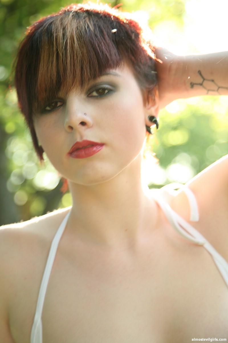 Морна работает в саду в открытом купальнике, но солнце припекает, девка хочет показать свои хорошие сиськи