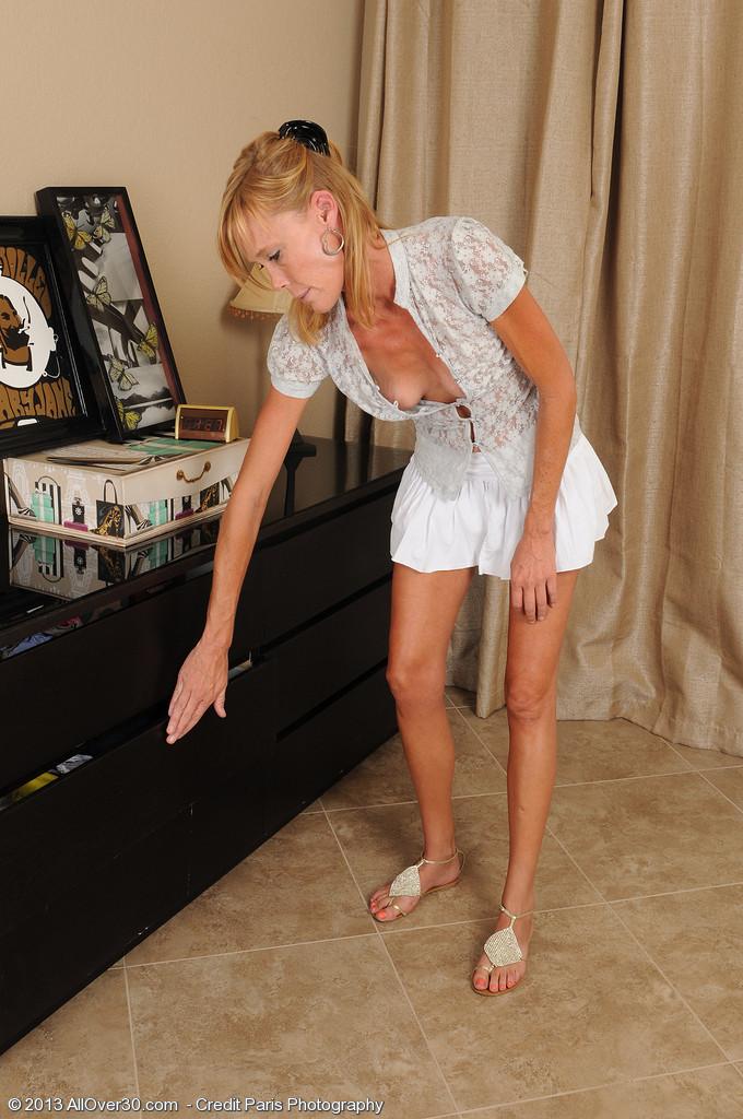 Зрелая Стейси примеряет трусики соседки, и засовывает их в пизду, чтобы пропитать их своей влагой и оставить запах