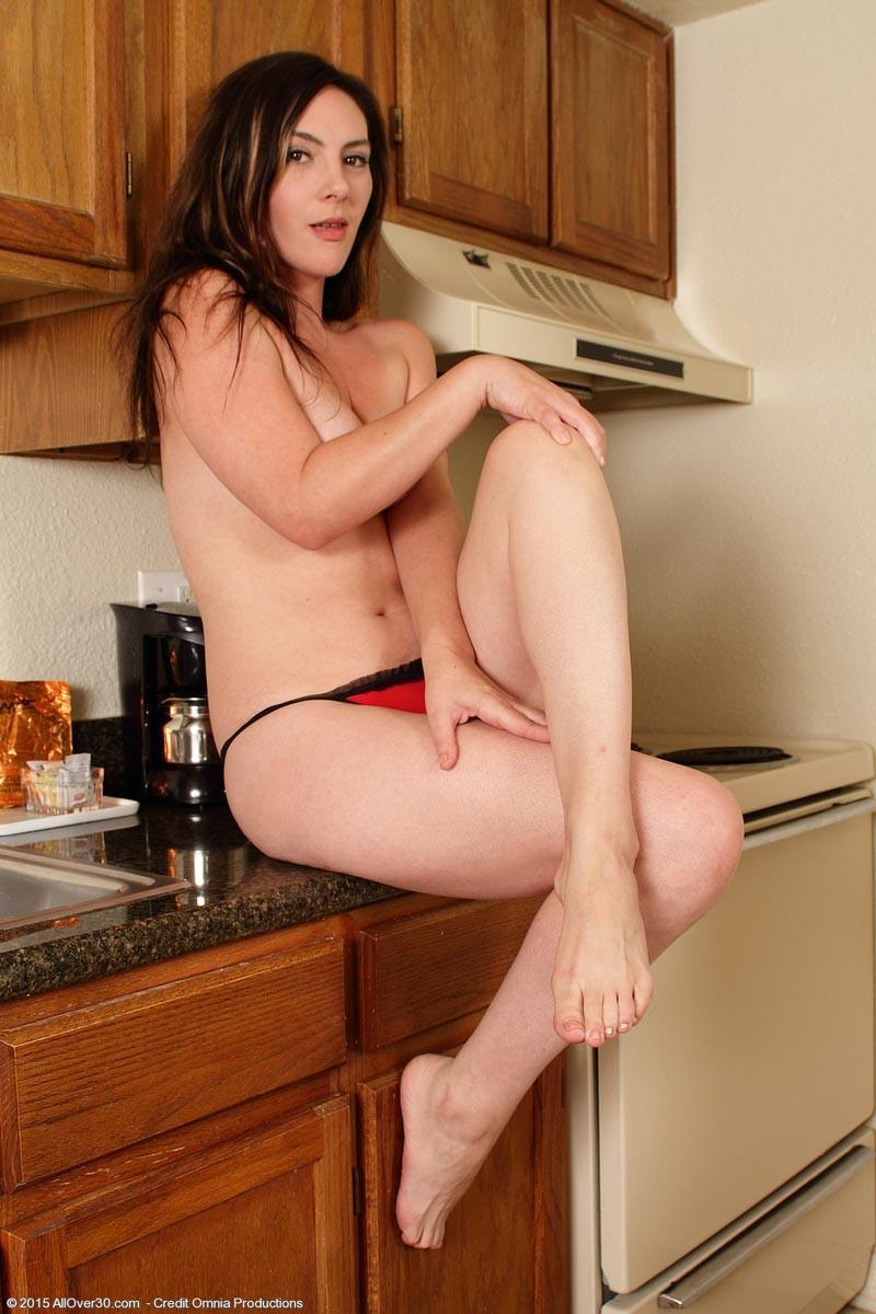 Сексуальная женушка сняла красное нижнее белье