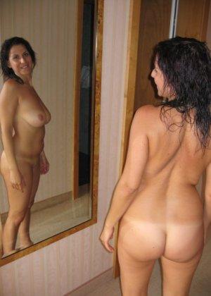 Девушки смотрят на себя в зеркало, оценивают фигуру и дают всем остальным тоже лицезреть себя