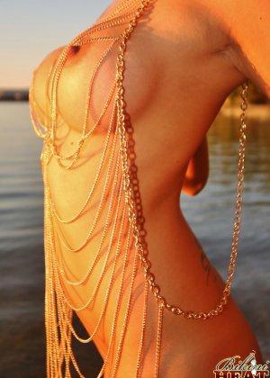 Жанка – сексуальная красотка с обалденными буферами, которыми она светит сквозь красивый наряд