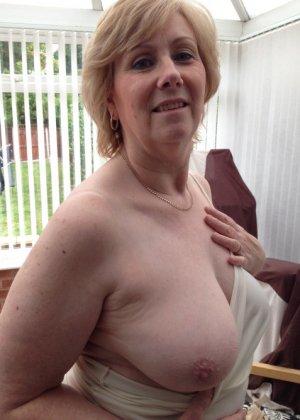 Жирная зрелая женщина показывает свое пышное тело всем желающим – кому-то может понравиться и такое