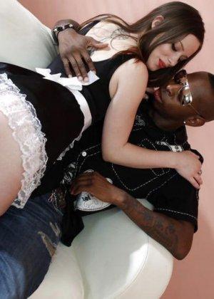 Чернокожий мужчина трахает сексуальную горничную, а она получает удовольствие от его большого члена