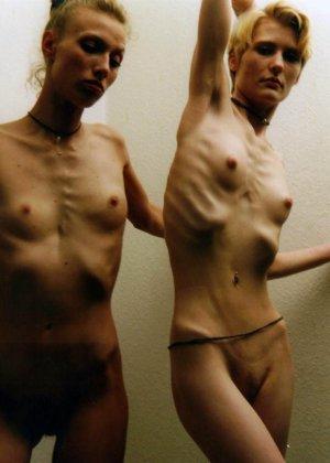 Очень худые телки показывают свои тела обнаженными