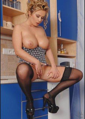 Пухлая домохозяйка в чулках и корсете, блондинка на высоких каблуках показывает большую задницу и вагину