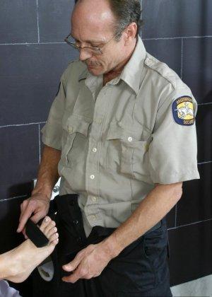 Джессика Ди дала полизать свои пальцы ног мужчине, а потом подрочила ему хуй своими ступнями