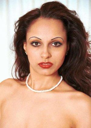Милая женщина из Индии оголила сиськи