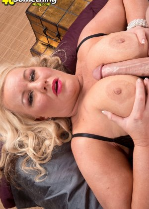 Секс с пухлой блондинкой, парень присунул не только в горячую вагину телке, но и между ее сисек