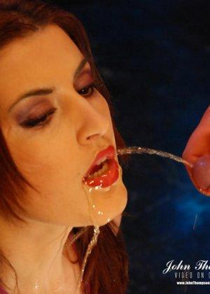 Рыжая проститутка раскрыла ротик, чтобы парни обсосали ее, она любит, когда моча стекает по коже и попадает на язык
