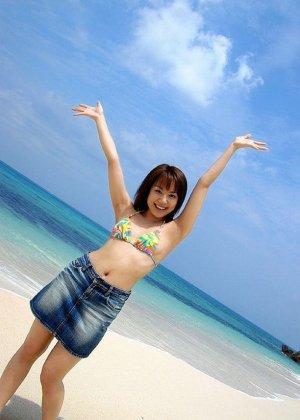 Азиатская красотка Чикахо Ито на пляже в бикини нагибается раком и дразнит своими формами