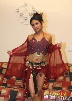 Элитная для Индии шалава показывает пизду и небольшую грудь
