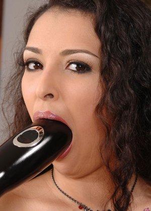 Джулианна ебет себя в зад и в пизду черным, большого размера дилдо