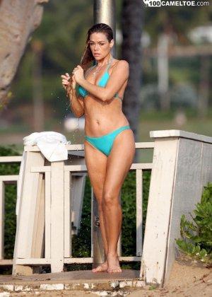 Дэнис Ричардс – красивая модель, которая показывает свое тело в бикини, не замечая фотографов