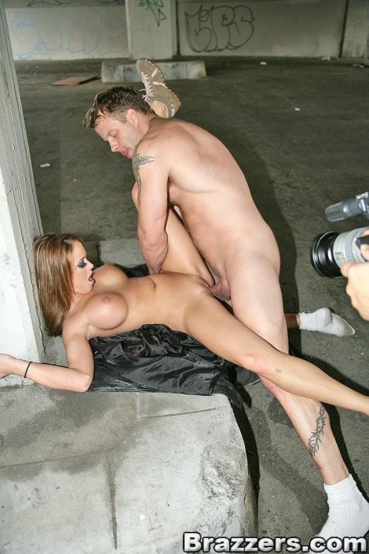 Секс с проституткой в подворотне