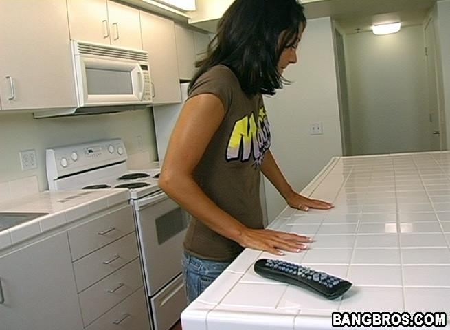 Раздевшись на кухне подружка пососала чупа чупс и не только его